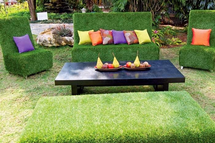 cesped artificial cubriendo muebles