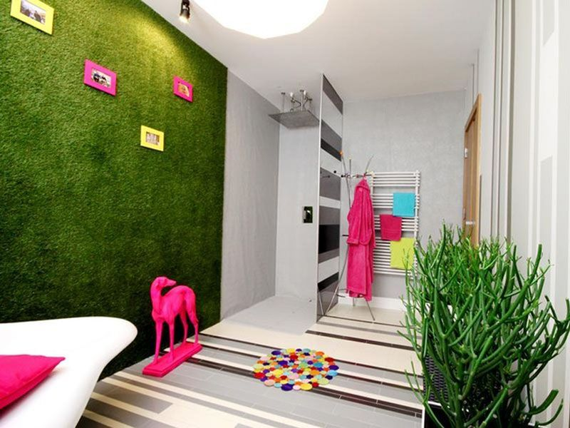 Sala de baño con césped artificial