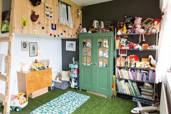 cesped artificial en habitación infantil